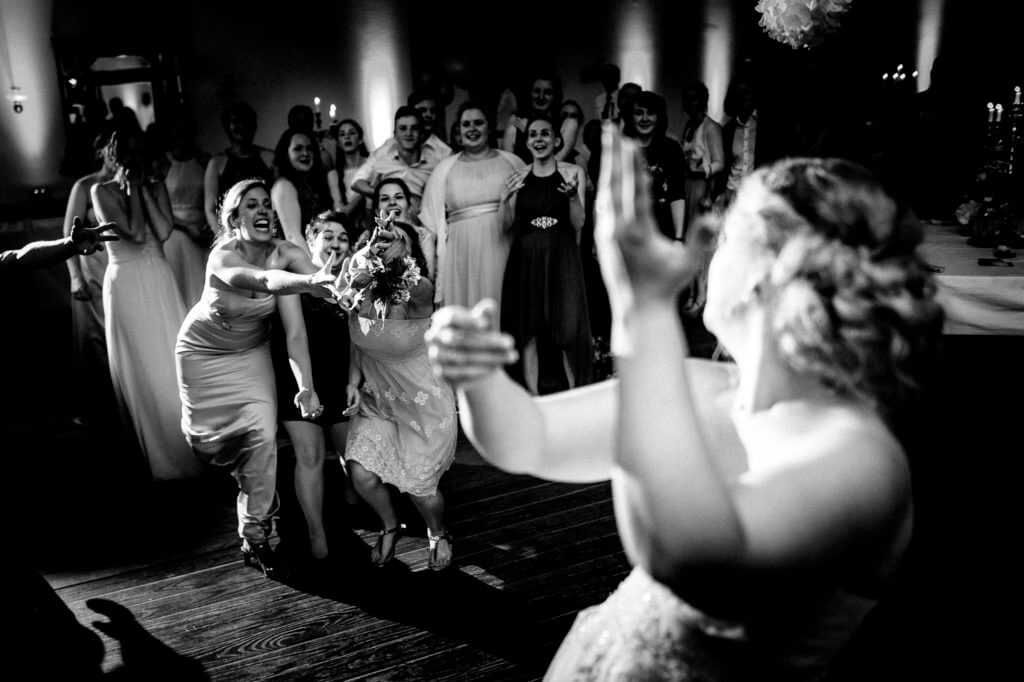 Brautjungfern streiten sich um den Brautstrauß - Torben Röhricht Fotograf Hochzeit Stade