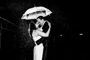 Brautpaar im Regen mit Regenschirm in Jork Hotel Altes Land