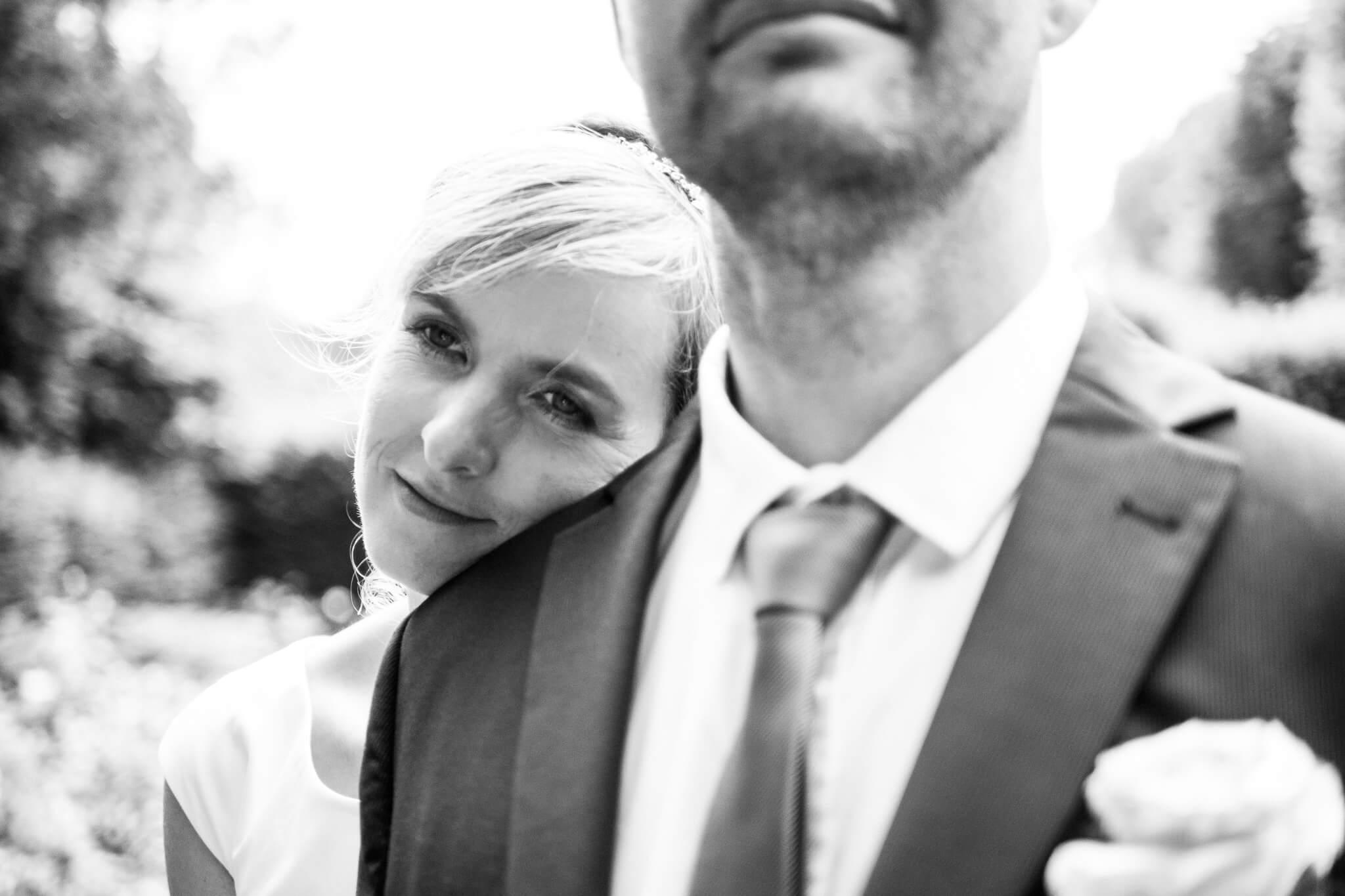 Braut und Bräutigam am Schloss Agathenburg brim Paarshooting