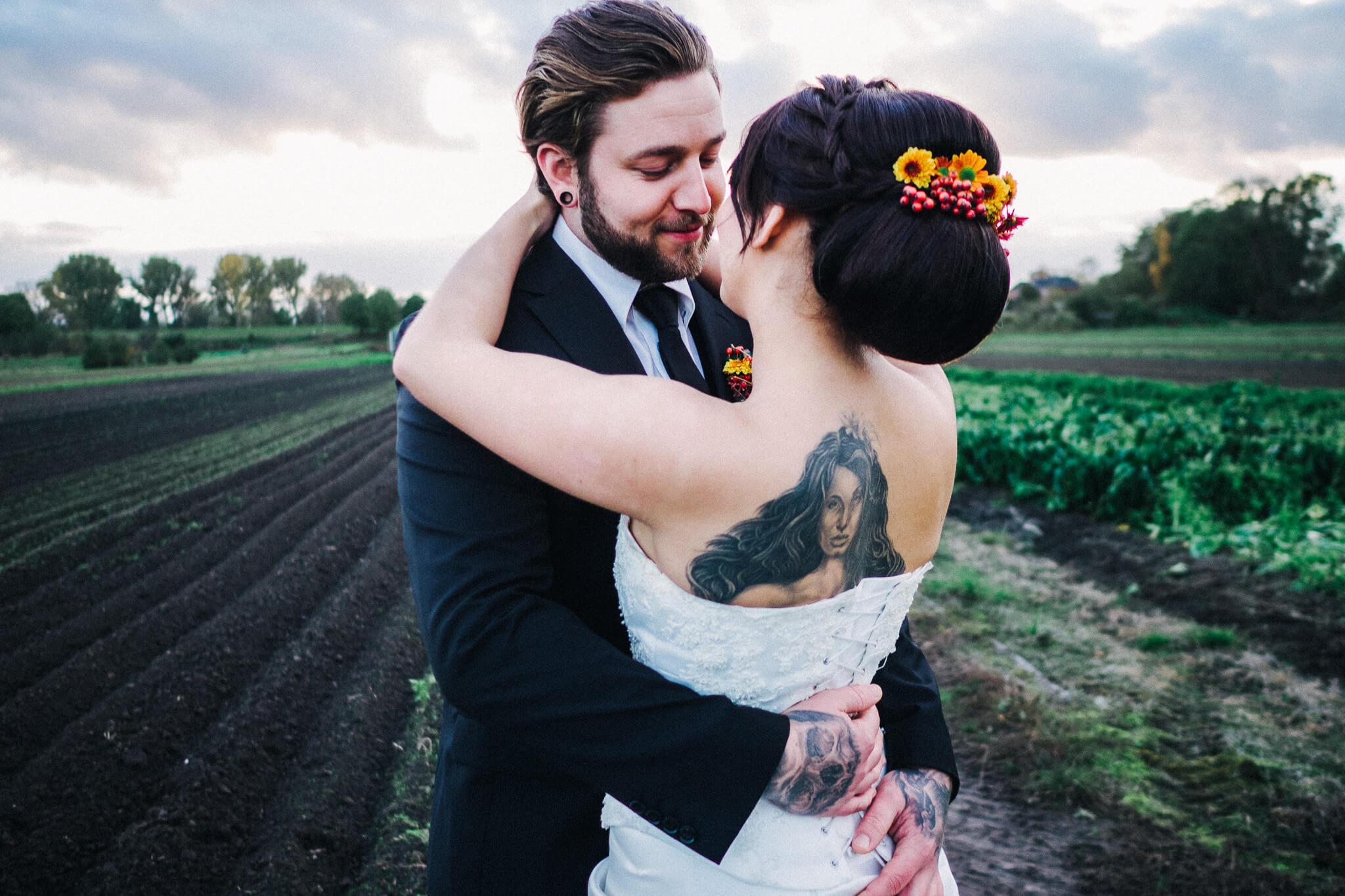 Styledshooting-Hamburg-Torben_roehricht, Brautpaar auf dem Feld