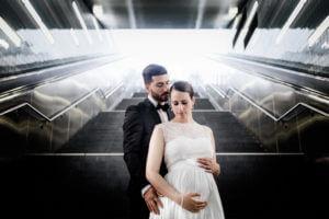 Sinnliches Brautpaar in Hamburg Hafencity in einer Bahn Station