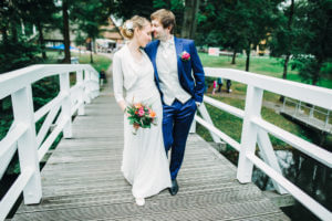 Brautpaar auf Bruecke, Insel Stade
