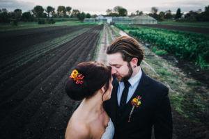Brautpaar in Wilhelmsburg, Hamburg. Auf einem Feld.