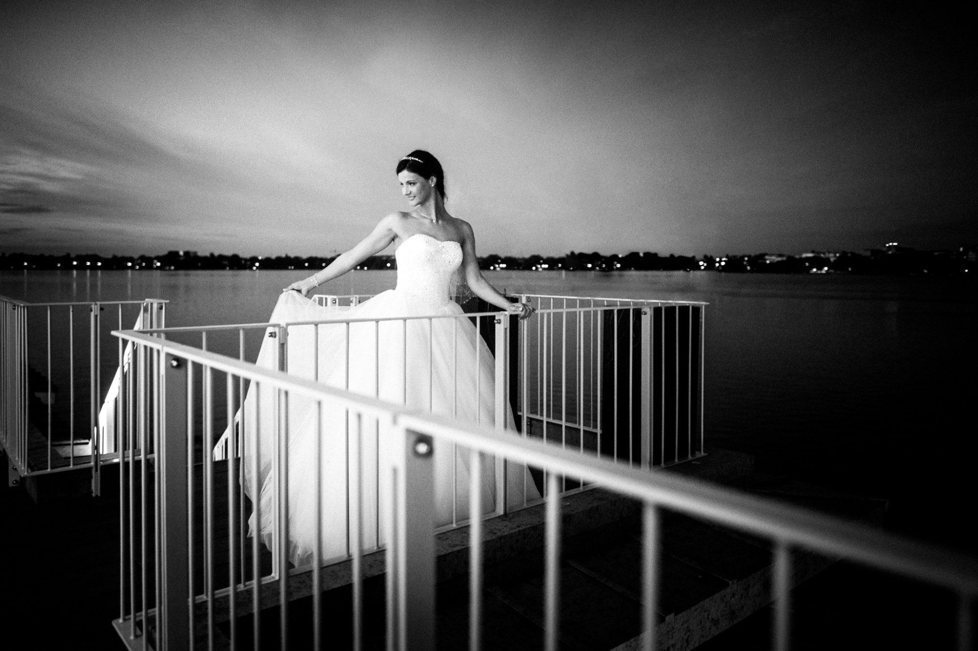 Braut im Germania Ruderclub Hamburg an der Außenalster um mitternacht.