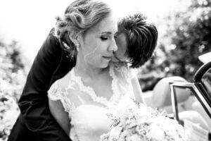 Emotionales Brautpaar im Alten Land beim Paarshooting
