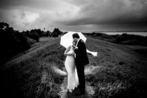 Brautpaar im Regen, Deich, Jork, Elbe