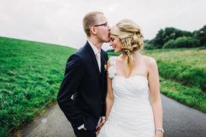 Brautpaar an der Elbe bei Jork, ALtes Land beim Paarshooting