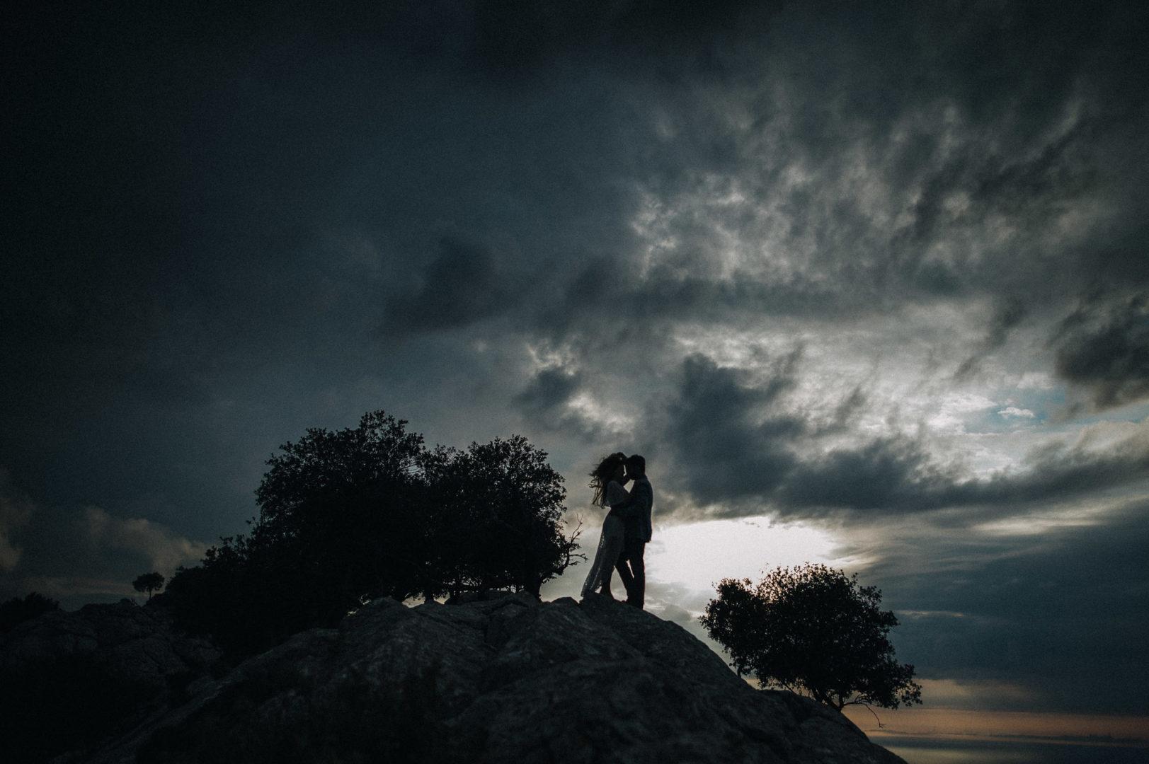 Brautpaar auf Mallorca auf einem Felsen