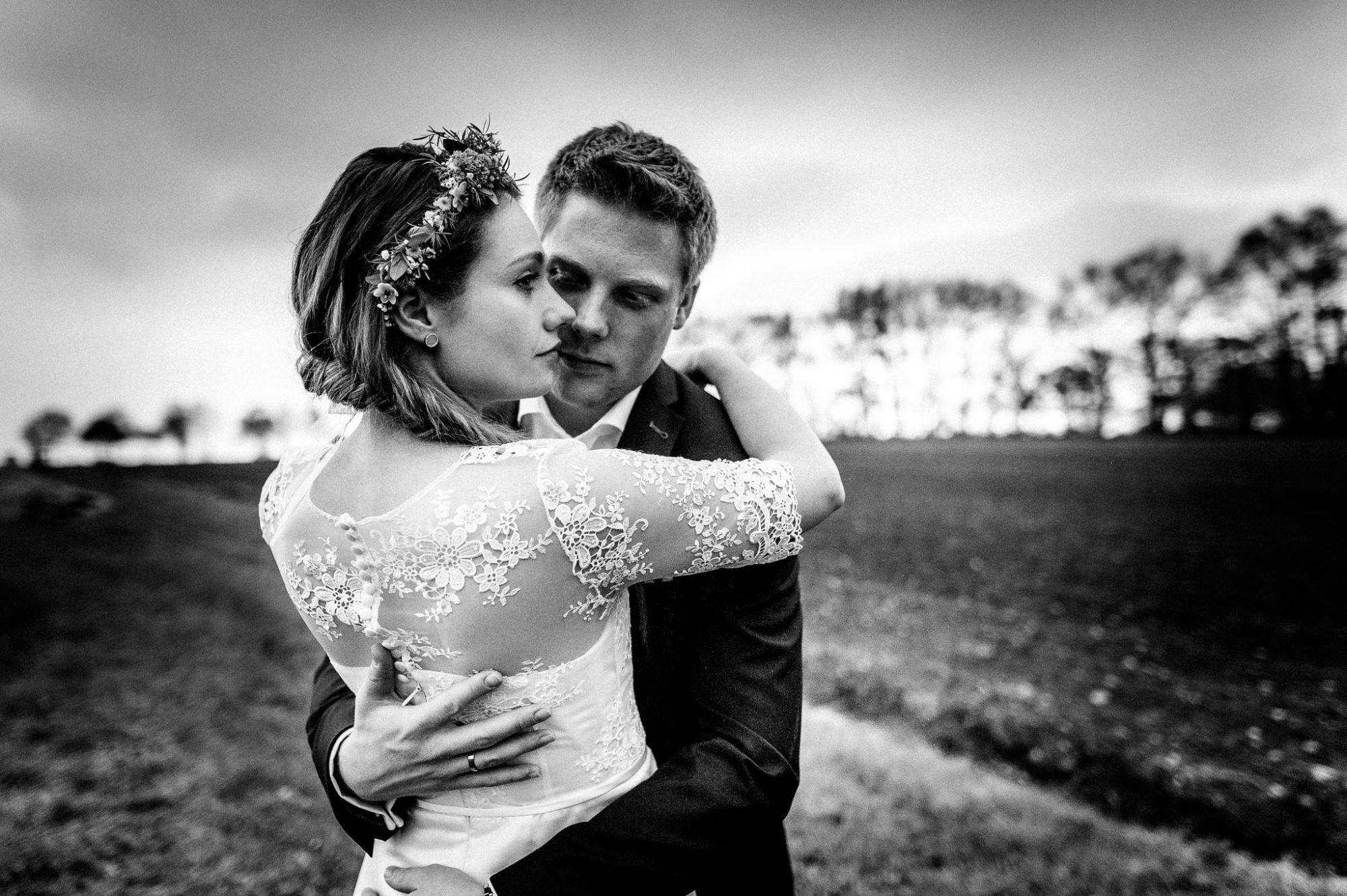 Brautpaar in Buchholz bei Hamburg auf Feld