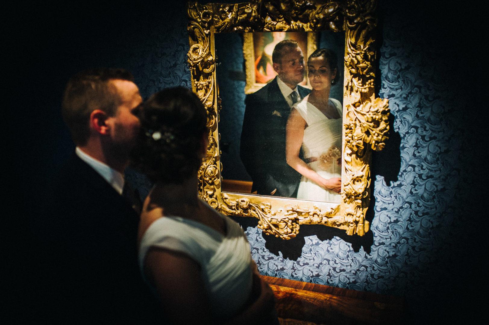Brautpaar im Spiegel im Schloss Agathenburg