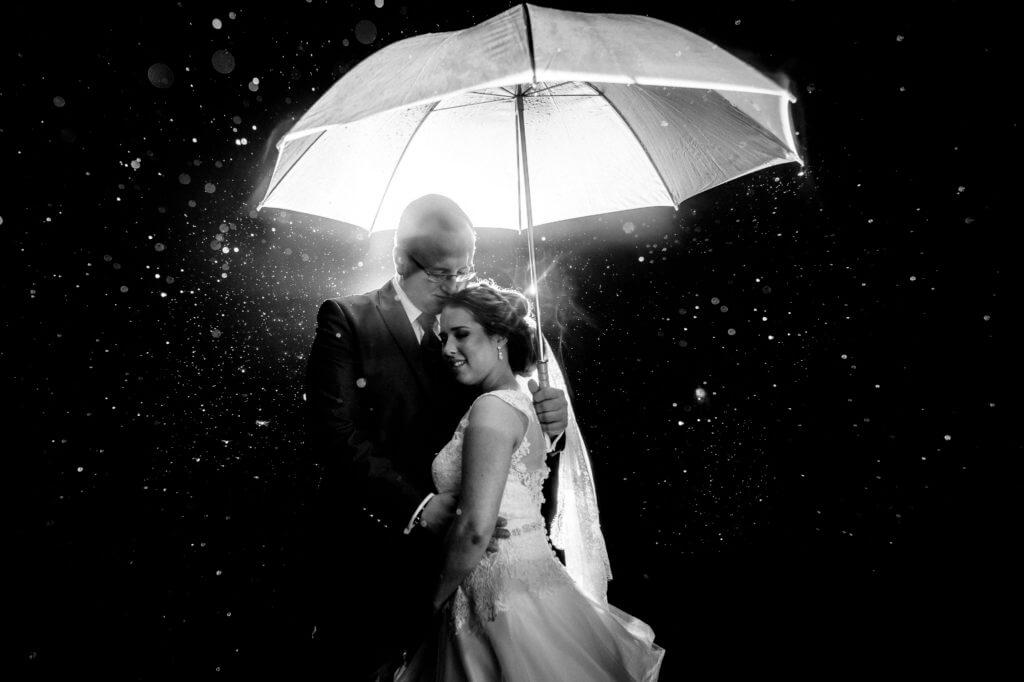 torben-roehricht-hochzeit-regen-schirm
