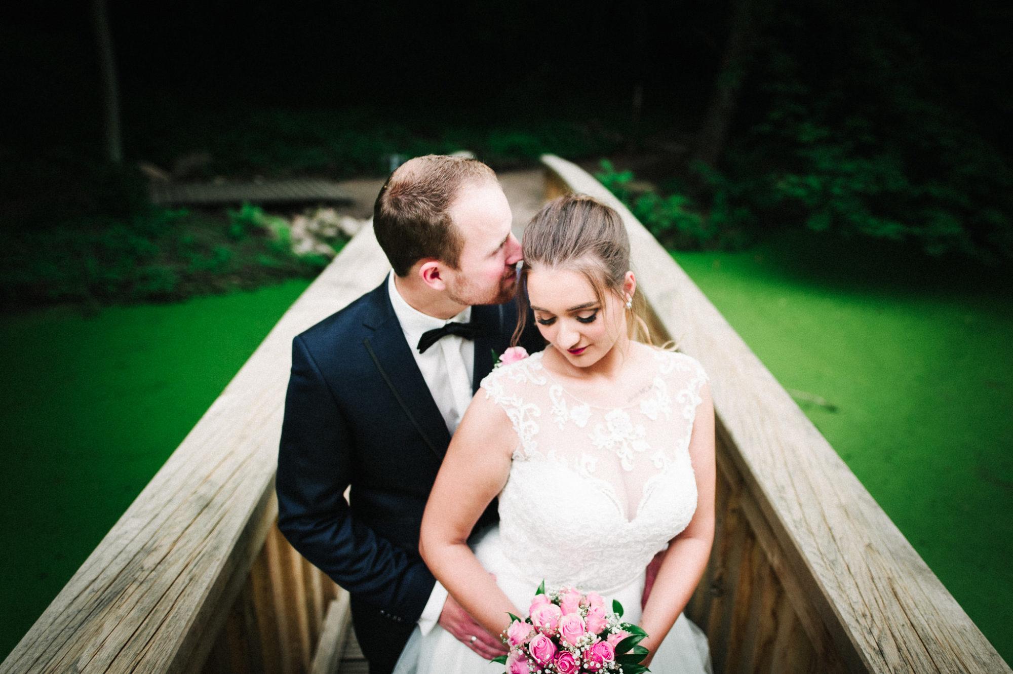 Brautpaarshooting im Schlosspark Agathenburg auf der neuen Brücke