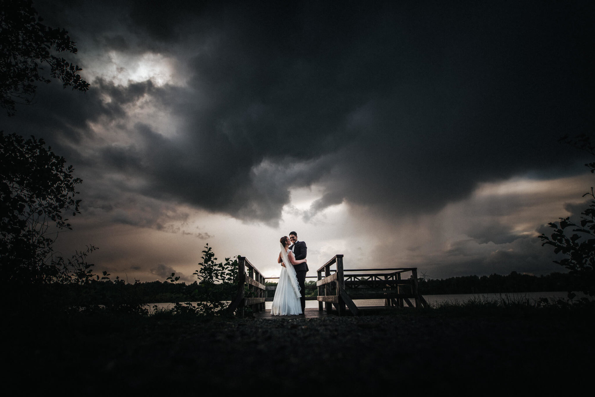 Brautpaar nach Regen am Abend am Steg bei Cuxhaven