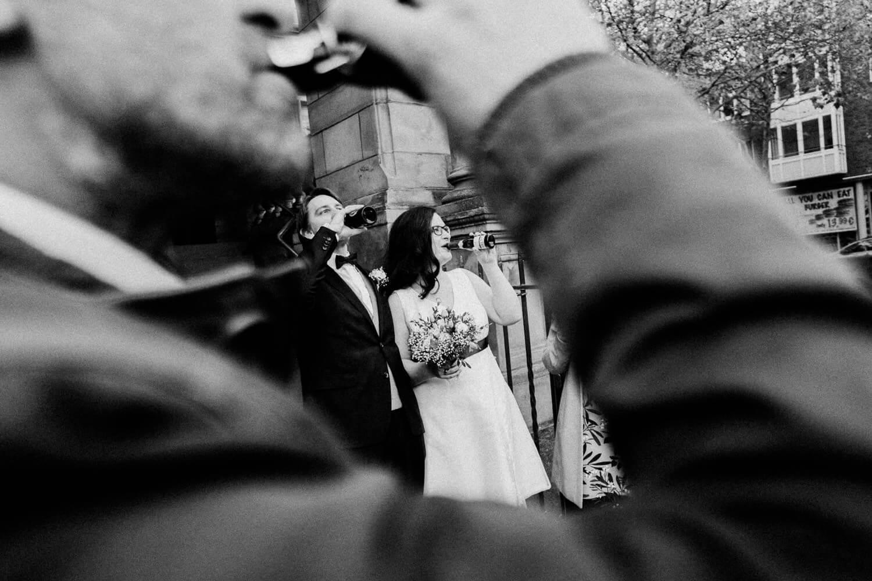 Brautpaar nach der Trauung beim Sektempfang ihm Harburger Rathaus