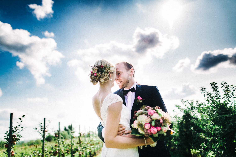 Brautpaar im Obsthof Schuback Altes Land