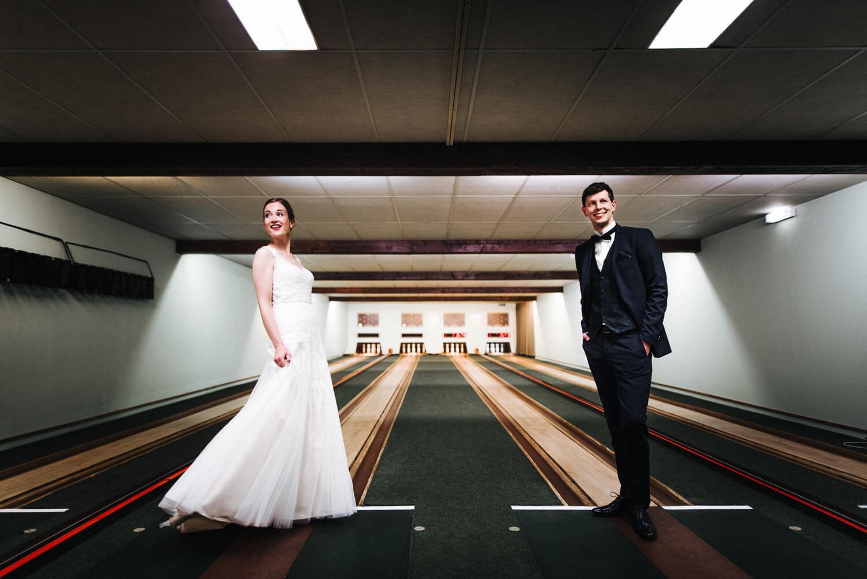 Brautpaar auf der Kegelbahn im Hotel Altes Land Jork