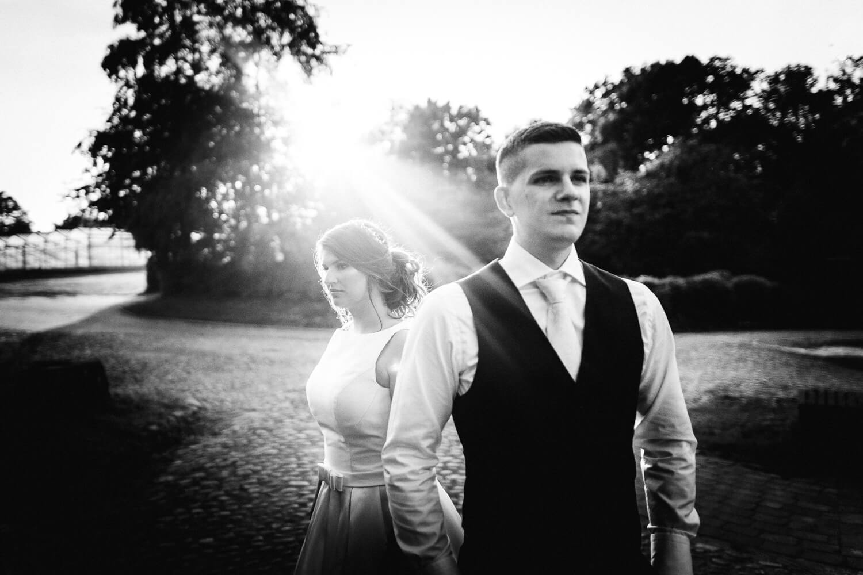 Cooles Brautpaar im Sonnenuntergang beim Schloss Agathenburg