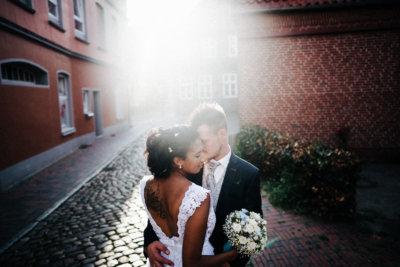 Brautpaar in Buxtehude bei dramatischen Licht urbaner Sonnenuntergang