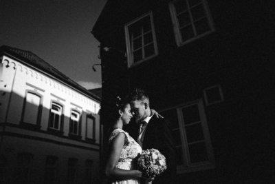Brautpaar in Buxtehude SW bei kontrastreichem Licht