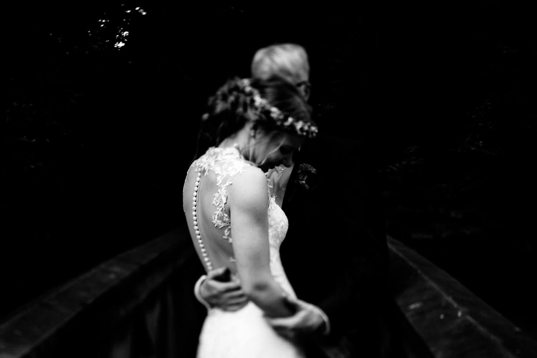 Brautpaar beim Schloss Agathenburg im Park